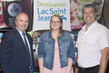 De gauche à droite, Guy Larouche, maire de Roberval; Meggie Torresan coordonnatrice de Destination Lac-Saint-Jean et Gino Villeneuve président du CA de Destination Lac-Saint-Jean. (Photo Guy Bouchard)