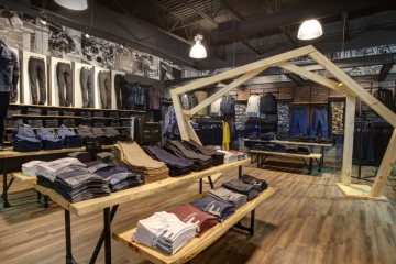 L'aménagement et la décoration de Jeans Factory Chicoutimi sera identique aux autres du réseau, car la nouvelle marque mise sur l'uniformité et la force de son image. Chaque pièce de vêtement aura un nom pour faciliter l'achat. (Photo : courtoisie)