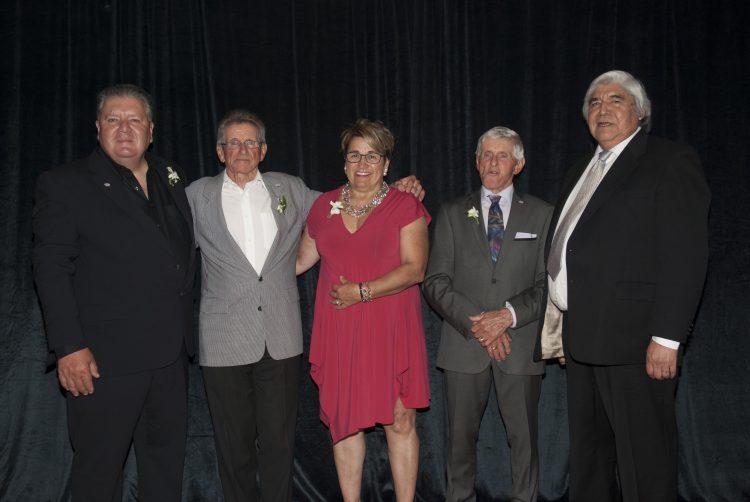 De gauche à droite : Charles Deslauriers, associé depuis 2001,; Yvon Fortin, président de 1965 à 2001; Lynda Noel, associée de 2001 à aujourd'hui; Laval Fortin, fondateur et Dr. Ted Moses, président de Apitsiu Construction. (Photo: Jonathan Thibeault)