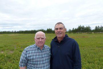 Dans l'ordre habituel : Ghislain St-Pierre, président du Syndicat des producteurs de bleuets du Québec, et Marcel Groleau, président général de l'Union des producteurs agricoles.  (Photo: SPBQ/CNW)