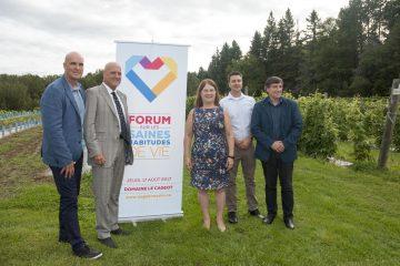 Le regroupement des SHV accompagné par la ministre de la santé, Jane Philpott et le député de Chicoutimi-Le Fjord, Denis Lemieux. (Photo: Jonathan Thubeault)
