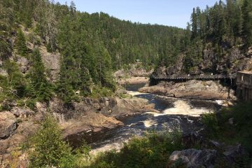 Une vue de la rivière Métabetchouan et de la passerelle aménagée à même la paroi de granite. (Photo Guy Bouchard)
